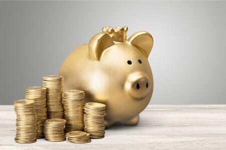Photo pour Golden piggy bank and coin - image libre de droit
