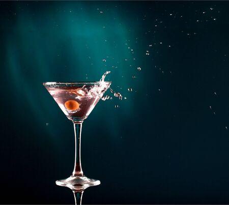 Photo pour Martini cocktail on dark Background - image libre de droit