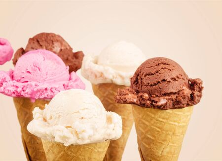 Photo pour Ice cream scoops with vanilla, chocolate and - image libre de droit
