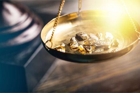 Photo pour Small gold nuggets in an antique measuring - image libre de droit