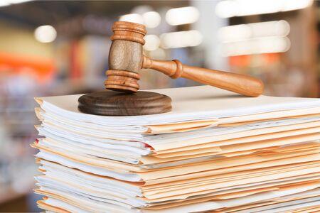 Photo pour Judge hammer and documents on  background - image libre de droit