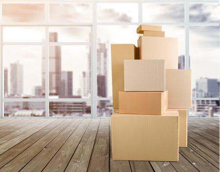 Photo pour Cardboard Box labelled moving day on backgrouund - image libre de droit