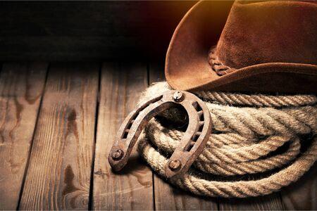 Photo pour Metal horseshoe and cowboy hat on wooden - image libre de droit