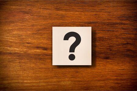 Photo pour Sign question mark on a wood cube - image libre de droit