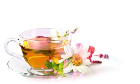Photo pour Glass cup of tea with daisy flower - image libre de droit