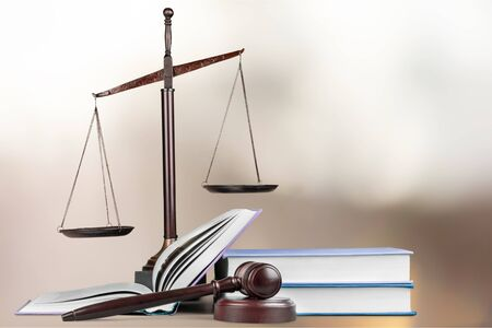 Photo pour Justice Scales and books and wooden gavel on table. Justice concept - image libre de droit