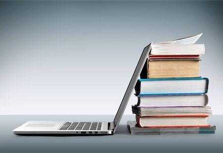 Photo pour Stack of books with laptop on table - image libre de droit