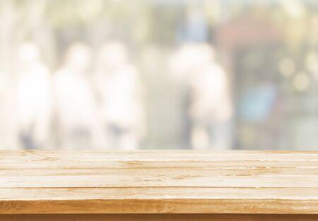 Photo pour Wood table and blur with bokeh background - image libre de droit