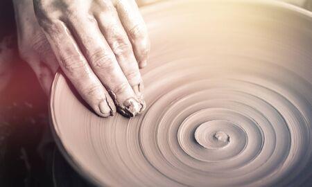 Photo pour Hand of potter doing clay pot - image libre de droit