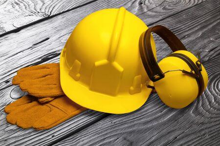 Photo pour Yellow hard hat and leather work gloves - image libre de droit