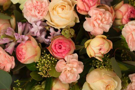 Photo pour Festive table decoration with flowers at a wedding exhibition - image libre de droit