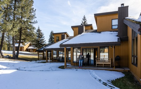 Photo pour FAIRMONT HOT SPRINGS, CANADA - MARCH 18, 2019: vacation villas in small town situated in rocky mountains british columbia - image libre de droit