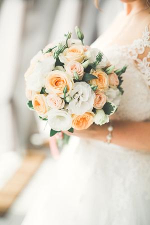 Foto de Bride holding big and beautiful wedding bouquet with flowers - Imagen libre de derechos