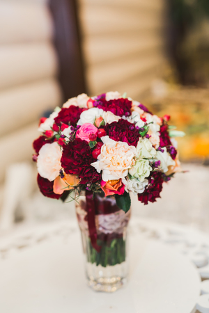 Foto de Wonderful luxury wedding bouquet of different flowers - Imagen libre de derechos