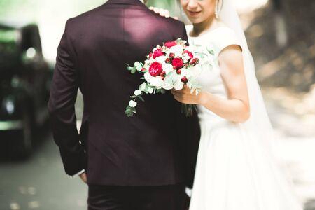 Foto für Perfect couple bride, groom posing and kissing in their wedding day. - Lizenzfreies Bild
