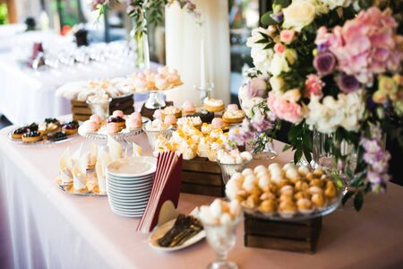 Photo pour Delicious sweets on wedding candy buffet with desserts, cupcakes - image libre de droit