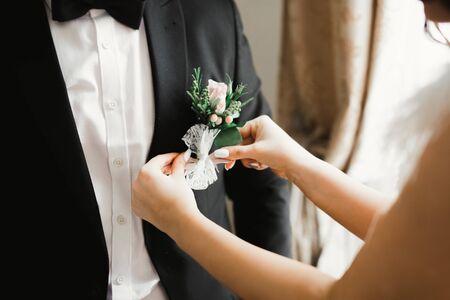 Photo pour Happy groom posing with boutonniere. - image libre de droit