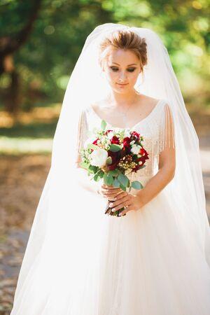 Foto für Luxury wedding bride, girl posing and smiling with bouquet - Lizenzfreies Bild
