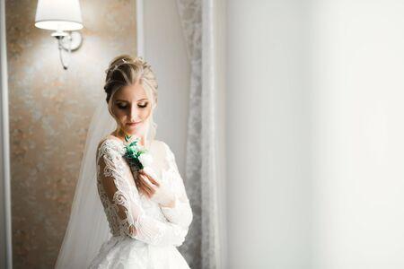 Photo pour Luxury bride in white dress posing while preparing for the wedding ceremony - image libre de droit