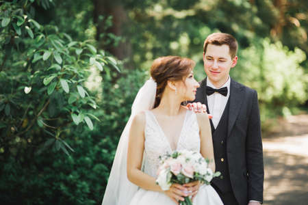 Photo pour Close up of a nice young wedding couple - image libre de droit