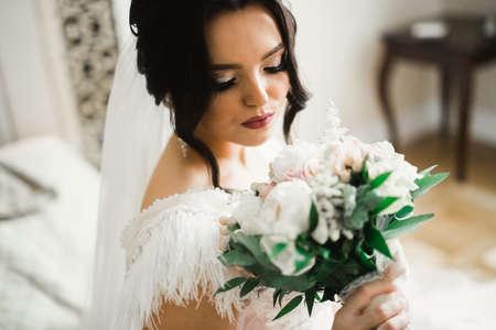 Photo pour Bride holding big and beautiful wedding bouquet with flowers - image libre de droit