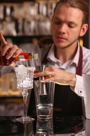 Photo pour Margarita alcohol cocktail with lime ice barmen - image libre de droit