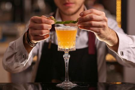 Photo pour Bartender is making Pisco sour alcohol cocktail drink - image libre de droit