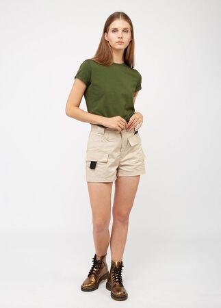 Photo pour Teenager girl in beige cargo shorts - image libre de droit