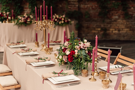 Photo pour Festive wedding table candle flowers - image libre de droit