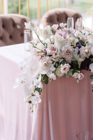 Photo pour Luxury decoration of the modern wedding table flowers in light shades. Bouquet from an assortment of fresh and beautiful flowers decoration the holiday table. - image libre de droit