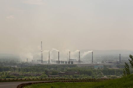 Photo pour Power plant with smoke and dirty orange air - image libre de droit