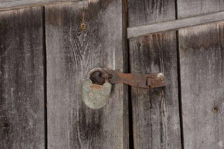 Photo pour Old vintage metal door lock on wooden door background / texture. - image libre de droit