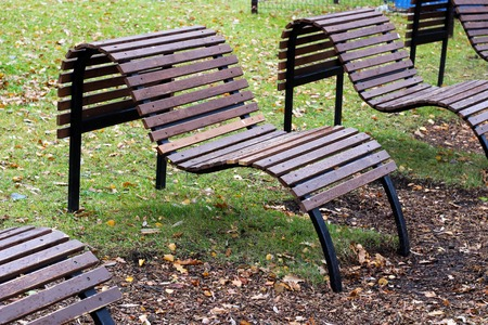 Photo pour Wooden bench in the city park . Beautiful form. Outdoor. - image libre de droit