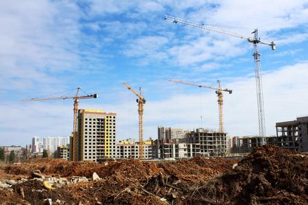 Photo pour Construction site tower cranes against clear blue sky - image libre de droit
