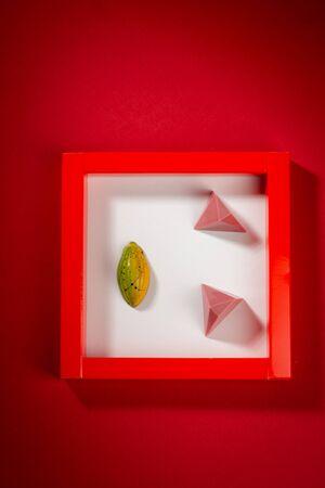 Photo pour Chocolate bonbons in small box - image libre de droit