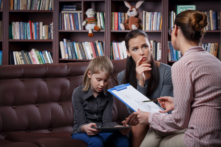 Photo pour Young mom with her daugher at psychologist consultation - image libre de droit