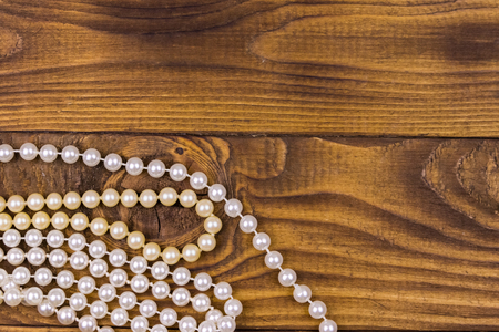 Foto de Pearl necklace on wooden background. Top view, copy space - Imagen libre de derechos