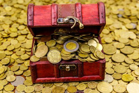 Photo pour Vintage treasure chest full of gold coins on a background of golden coins - image libre de droit
