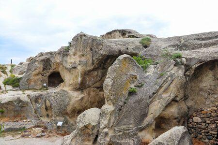Photo pour Old cave city Uplistsikhe in Caucasus mountains, Georgia - image libre de droit