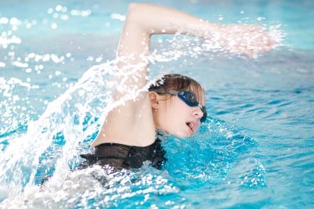 Photo pour Swimmer breathing performing the crawl stroke - image libre de droit