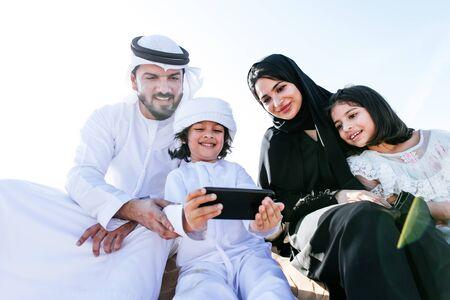Photo pour Happy family spending a wonderful day in the desert - image libre de droit