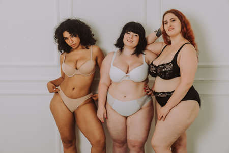 Photo pour Group of 3 oversize women posing in studio - Beautiful girls accepting body imperfection, beauty shots in studio - Concepts about body acceptance, body positivity and diversity - image libre de droit