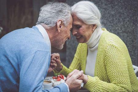 Foto de Senior couple spending time in a cafe - Imagen libre de derechos