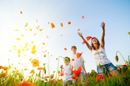 Photo pour family in red poppy field - image libre de droit