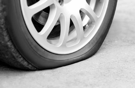 Photo pour Flat tire on the car. Silver forged wheel. Close up. - image libre de droit