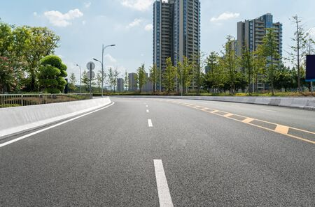 Photo pour The expressway and the modern city skyline are in Chongqing, China. - image libre de droit
