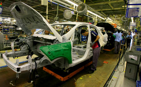 Photo pour salvador, bahia / brazil - december 12, 2013: employees are seen at vehicle assembly line at Ford's Camacari factory. *** Local Caption *** - image libre de droit