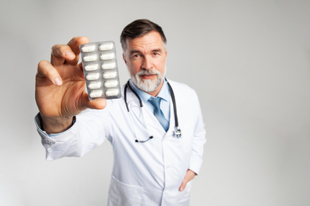Photo pour healthcare and medical concept - doctor with pill in hospital - image libre de droit