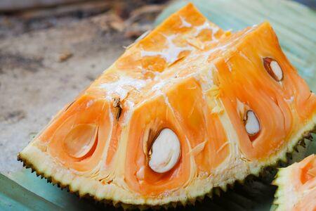 Photo pour Orange Jackfruit placed on banana leaves. - image libre de droit