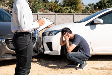 Photo pour The car insurance agent is checking the accident spot. Of the customer, along with the form and customer signature for car claims And process the claim. - image libre de droit